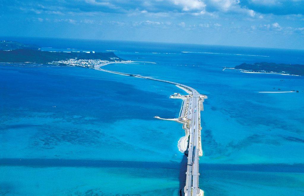 """沖縄・""""海中道路""""を渡って4島をめぐろう!海の上を爽快に絶景ドライブ♪"""