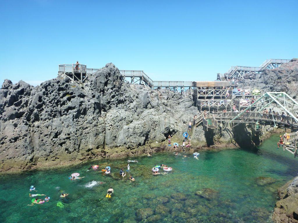 映画「天気の子」主人公・帆高の出身地と言われる「神津島」の魅力