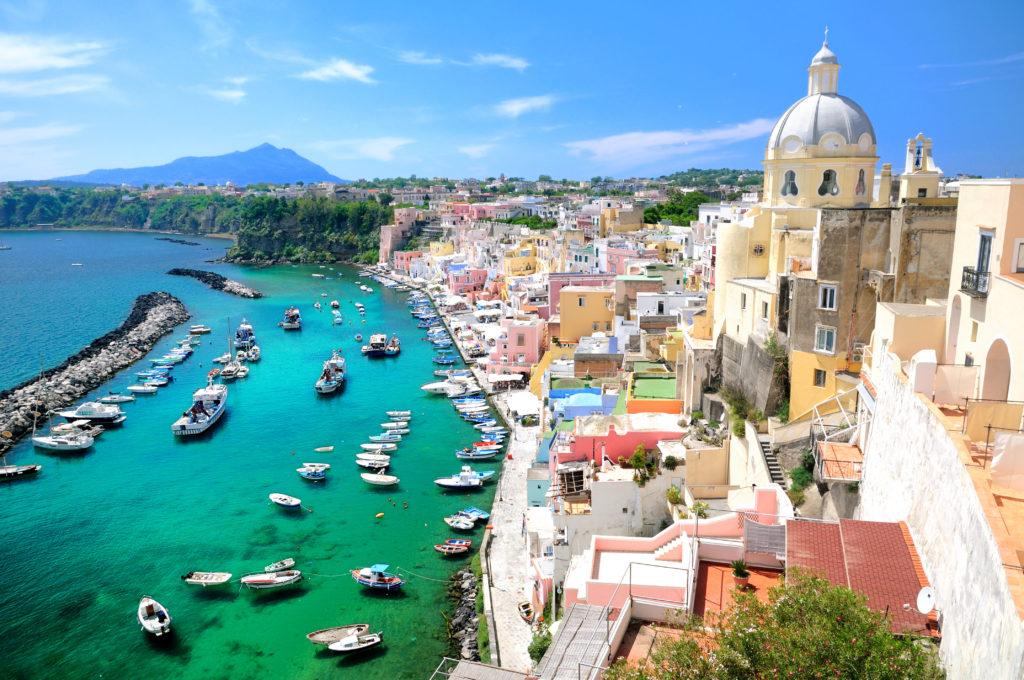 ナポリから行ける離島。カラフルな「プローチダ島」と天然温泉の「イスキア島」