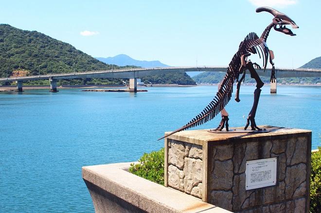 御所浦島_恐竜像と中瀬戸橋