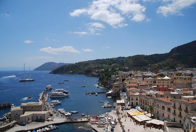 シチリア島から行ける離島5選!地中海に浮かぶ島々の行き方や魅力とは?
