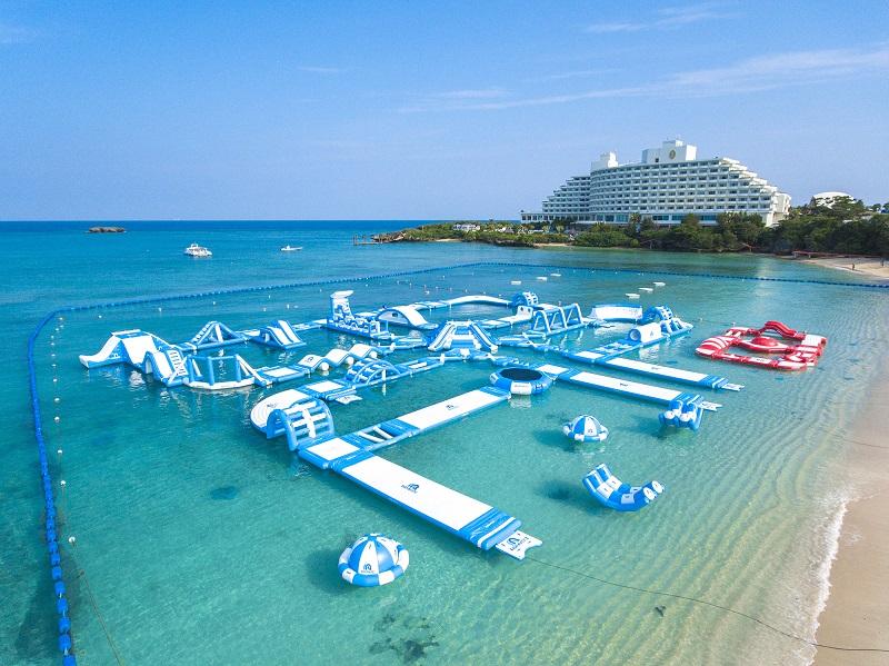 沖縄・恩納村:3月22日万座ビーチ海開き!沖縄最大級の海上アスレチック1日無料開放