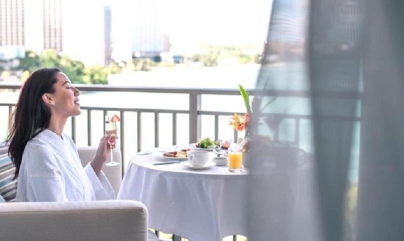 グアム:太平洋の壮大な景色を一望できるグアム最大級のバルコニーでラグジュアリーな朝食を