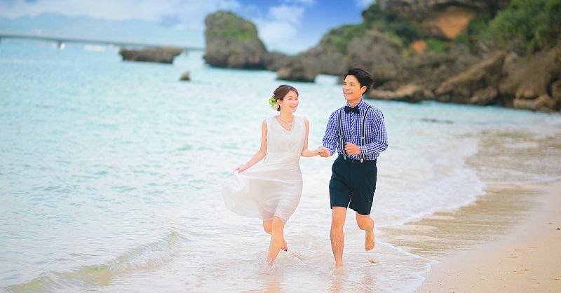 沖縄・今帰仁村:海の中で愛を誓う、新プラン「トラッシュ・ザ・ドレス」登場