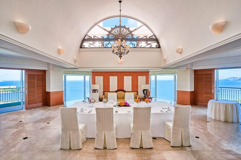 沖縄・名護市:少人数の結婚式・パーティをホテルのスイートルームで