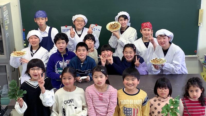竹島:人口70人の島で子どもたちがチャレンジ!「ハマギdeげんき餃子」販売