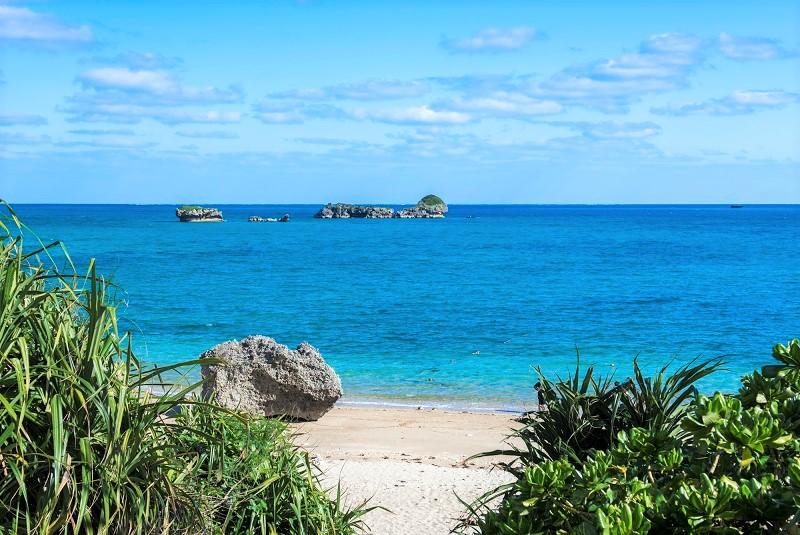 南国の沖縄で究極の海遊び in浜比嘉島 or無人島ツアー 〜船上で贅沢にBBQ&寛ぎタイム〜