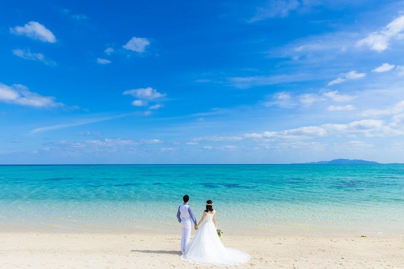 ラグジュアリードレスを着て、大人気のリゾート「沖縄」で挙式とフォトウェディングが半額で叶う!