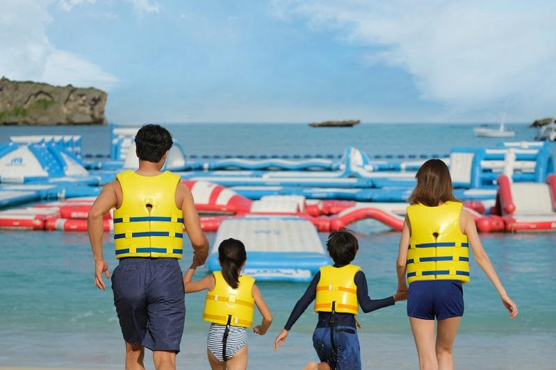 沖縄・恩納村:毎年恒例の万座サマーイベント2021。日本最大級の海上アスレチックも無料!