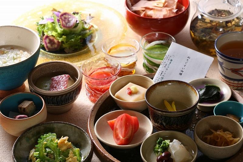 沖縄・読谷村:ホテル日航アリビラ、朝一番の食事に沖縄の島の恵みがつまった限定朝食を。